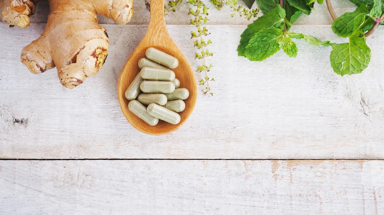 Heilpflanzen sind eine gute Alternative zu Antibiotika - ob als Tablette, Kapsel oder Tee.